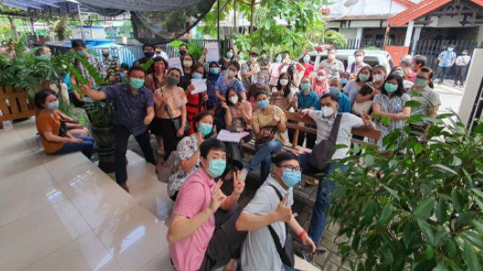 104 dosen dan karyawan ISTT mengikuti vaksinasi Covid-19 di Puskesmas Ngagel Rejo, Surabaya, Senin (22/3/2021).