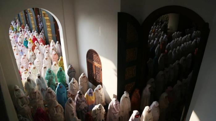 Hukum Sholat Sambil Menutup Mata Lengkap dengan Penjelasan Ulama