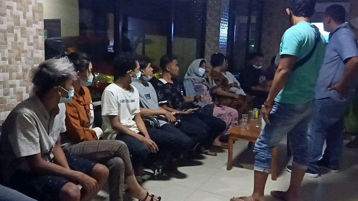 Puluhan Muda-Mudi Berpesta Miras di Ruang Karaoke, Sebagian Tepergok Bobok Bareng di Kamar Kos
