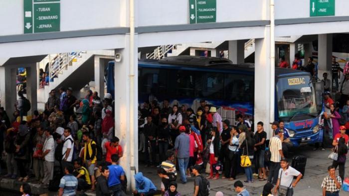Suasana Terminal Bungurasih Sidoarjo yang dipadati calon penumpang, Sabtu (29/3/2014).