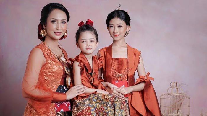 Sambut Hari Kartini dengan Busana 3 Generasi Berkebaya Berpadu Kain Wastra dan Makeup Berkarakter
