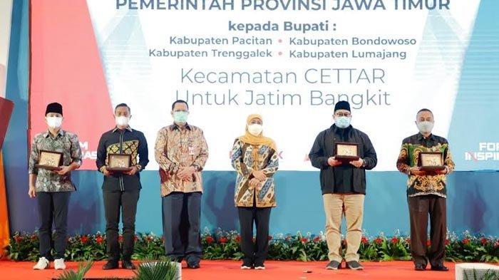 Gubernur Khofifah Beri Penghargaan Empat Bupati Atas Inovasi Daerahnya yang Bantu Jatim Bangkit