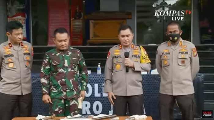 Kapolda Metro Jaya, Irjen M fadil Imran (kanan) dan Pangdam Jaya, Mayjen Dudung Abdurachman melakukan jumpa pers setelah penembakan terhadap 6 Laskar Pengawal Habib Rizieq.