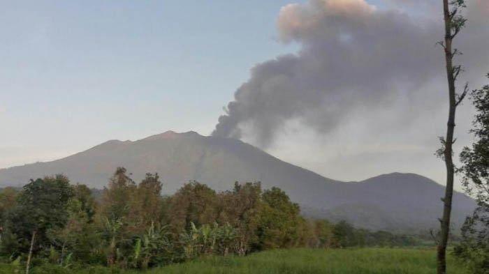 Banyuwangi Diselimuti Hujan Abu Tipis dari Gunung Raung, BPBD Minta Warga Tak Panik