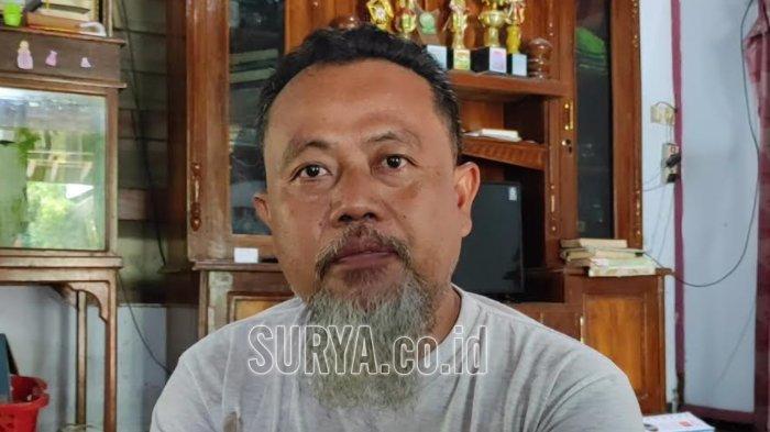 Adik ipar Agus Minarni, Abdul Hanif Majid Amrullah saat ditemui di rumahnya di Desa Ngabar, Kecamatan Siman, Kabupaten Ponorogo.