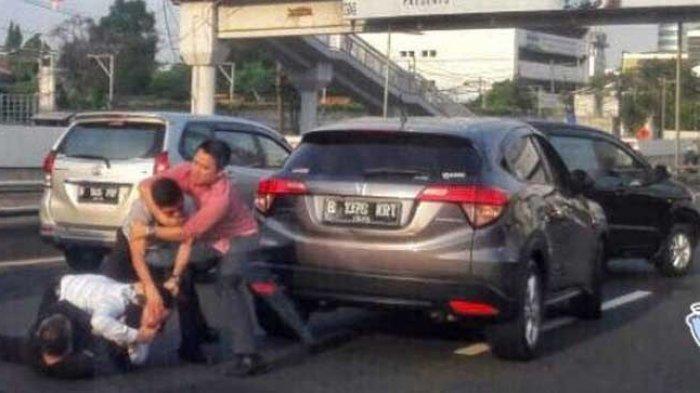 'Pria-pria Jaman Now' Adu Jotos di Tengah Jalan, Saling Tak Mau Disalip, Warganet Lempar Banyolan