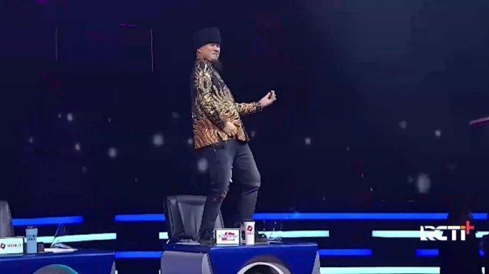 Ahmad Dhani naik meja juri Indonesian Idol 2021 saat menyaksikan penampilan istrinya, Mulan Jameela