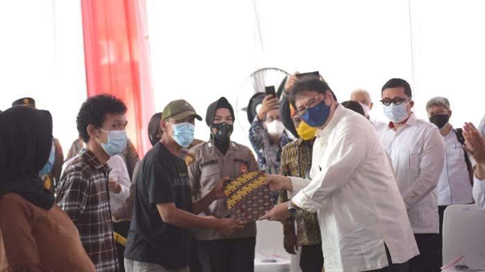 Menko Airlangga Hartarto Serahkan Bantuan Tunai untuk PKL dan Pelaku Usaha di Medan
