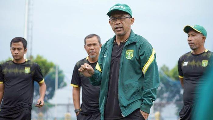 Pelatih Persebaya Surabaya, Aji Santoso saat memimpin latihan tim.
