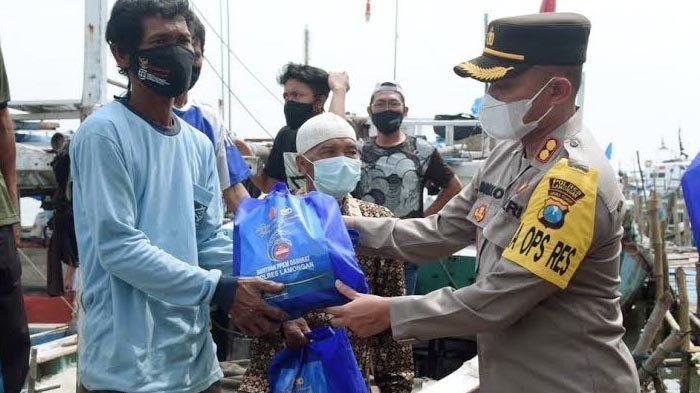 Serahkan Sembako, Kapolres Lamongan Temui Ratusan Nelayan Desa Sedayulawas di Atas Perahu