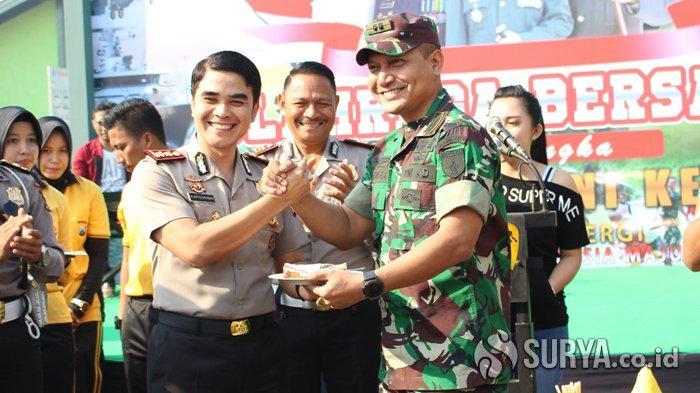 Ikut Rayakan HUT TNI ke-74, Seluruh Polisi di Pasuruan Raya Beri Kejutan ke Markas TNI