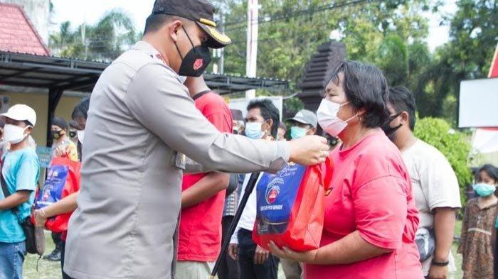 Polres Blitar Kota Salurkan Bantuan 51 Ton Beras kepada Warga Terdampak PPKM Darurat