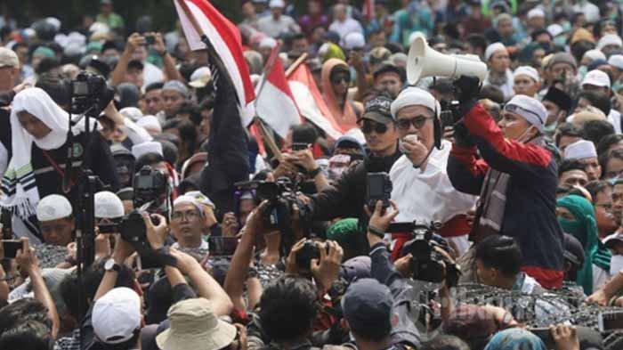5 Aksi Humanis di Tengah Kerusuhan, Mulai Brimob Video Call Anak & Beri Minum Demonstran Terkapar