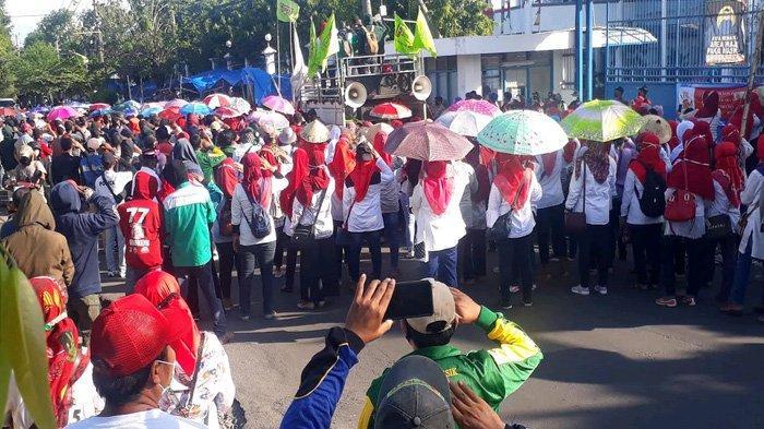 Tiga Hari Perjuangkan Upahnya, Demo Ribuan Buruh di Gresik Belum Direspons Manajemen Perusahaan