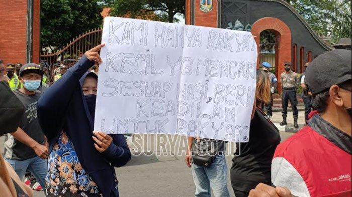 PKL Kawasan Simpang Lima Gumul Demo di Kantor Pemkab Kediri, Ini Tuntutannya
