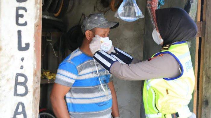 Srikandi Polda Jatim Ikut Bagikan Masker dan Sembako ke Warga Kabupaten Bangkalan