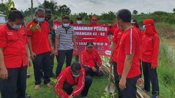 Tanam Pohon di Sungai Bengawan dan Kali Kening, PDI Perjuangan Tuban : Bagian Politik Ekologi