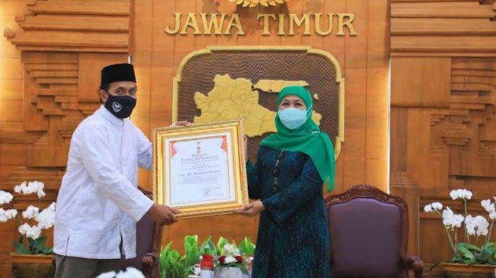 Penghargaan Jer Basuki Mawa Beya Emas untuk Pencipta Shalawat Badar KH Ali Manshur Shiddiq