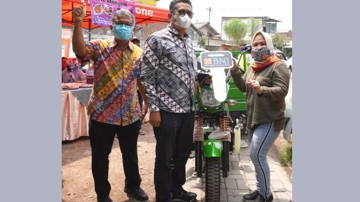 BNI Serahkan CSR Motor Roda Tiga kepada BSS Samber Tegalsari, Surabaya