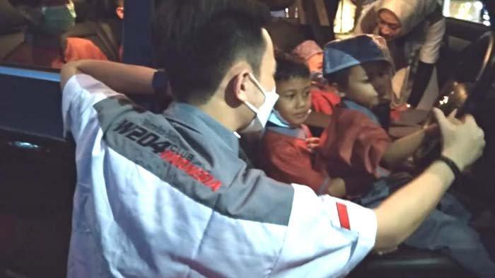 Cara Komunitas Mercedes Benz W204 Surabaya Bahagiakan Anak-anak Panti Asuhan