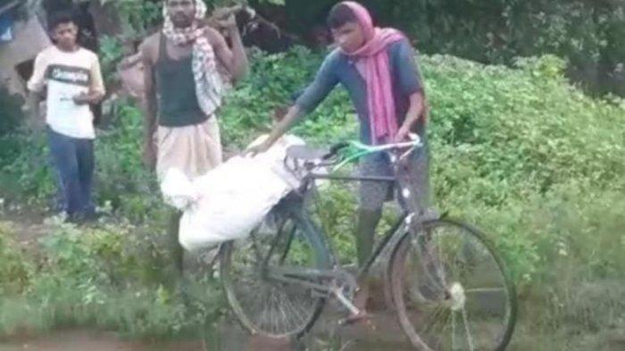 Viral Anak Angkut Jenazah Ayahnya Pakai Sepeda dan Dibungkus Karung, Mengaku Dikucilkan Tetangga