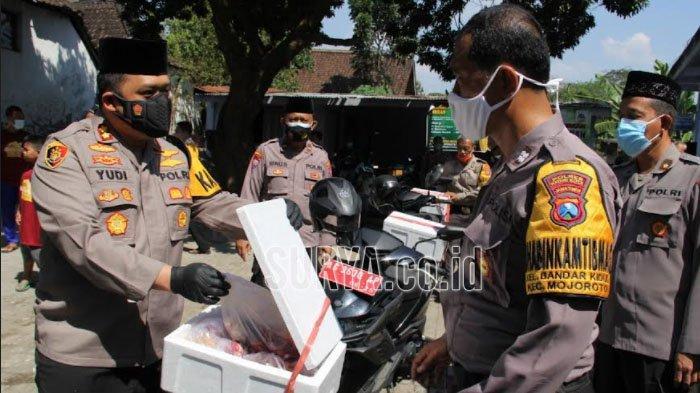 Dewan Masjid Indonesia Gandeng Bhabinkamtibmas Bagi Daging Kurban di Kota Kediri