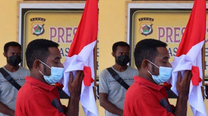 Anggota KKB Papua di Yapen saat mencium bendera merah putih. Mereka menyerah dan kembali ke NKRI