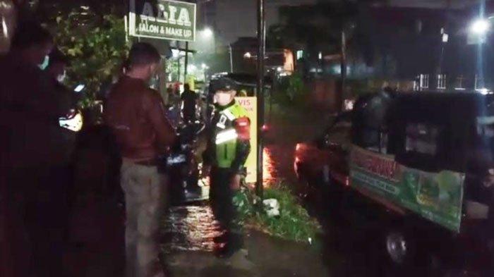 Diterpa Angin Puting Beliung, Atap Rumah Warga di Manyar Kartika Kota Surabaya Rusak