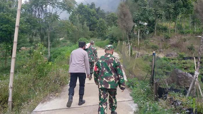 Kodim 0820 Probolinggo Salurkan Bantuan Sembako kepada Warga Lereng Gunung Bromo