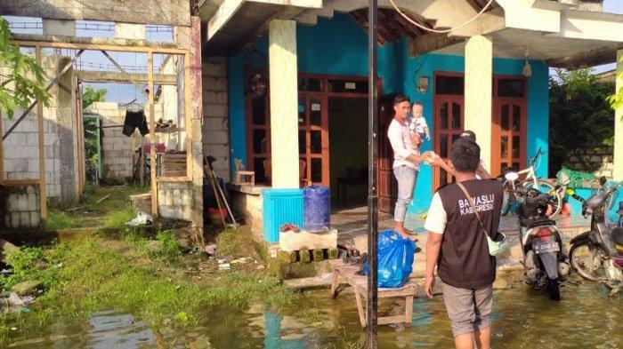 Panwaslu Kecamatan di Kabupaten Gresik Gotong Royong Membantu Korban Banjir Kali Lamong