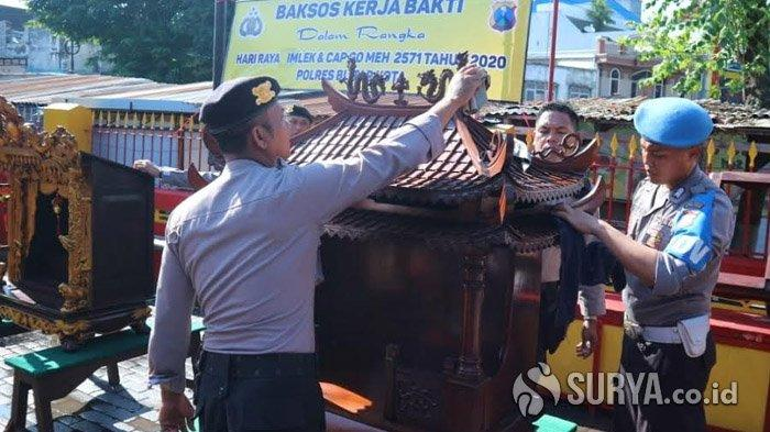 Jelang Imlek, Polisi Kerja Bakti Membersihkan Klenteng Poo An Kiong di Kota Blita