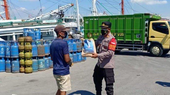 Warga di Sekitar Pelabuhan Gresik Terima Bantuan Sembako di Masa PPKM Darurat