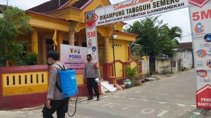 Penyemprotan Desinfektan dan Bagi-bagi Masker Gratis di Kampung Tangguh Kabupaten Gresik
