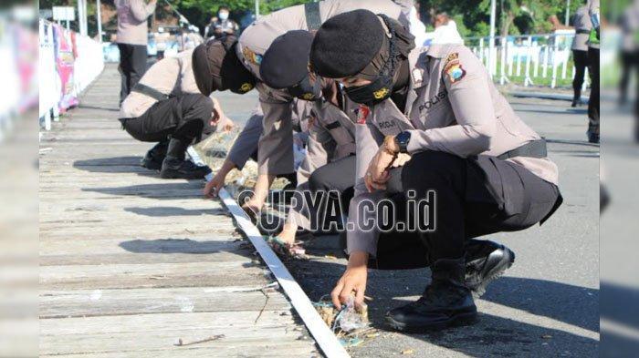 Peringatan Hari Kartini, Polwan Polres Kediri Kota Bersih-bersih Jembatan Lama