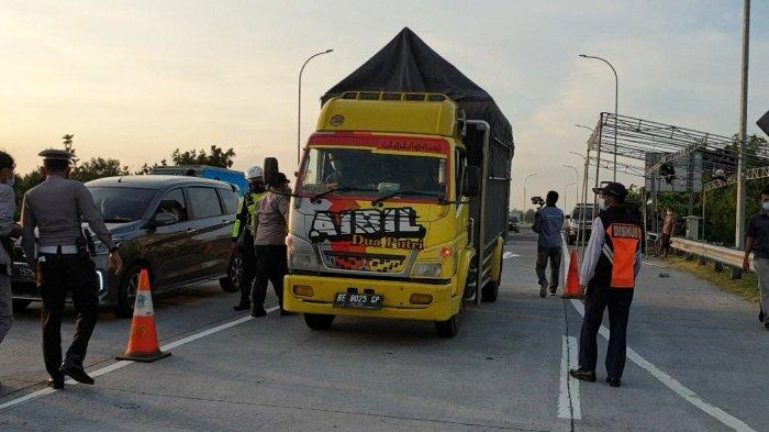 Polisi Cegat dan Hentikan Kendaraan Pakai Pelat Palsu di Tol Jombang-Mojokerto