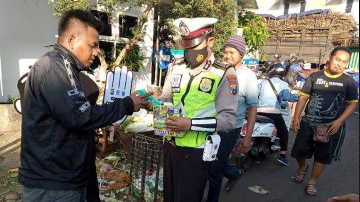 Satlantas Polresta Malang Kota Sosialisasi Vaksin Covid-19 dan Bagi Masker di Pasar