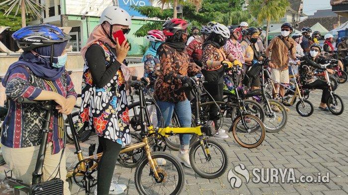 Hari Batik Nasional, Komunitas Sepeda Lipat Gowes Sore Keliling Kota Ponorogo Mengenakan Batik