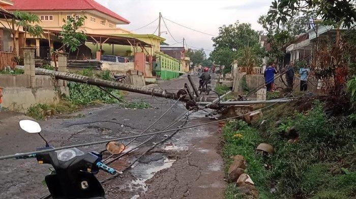 Angin Kencang Melanda Wilayah Singosari dan Jabung Menyebabkan Tiang Listrik Patah