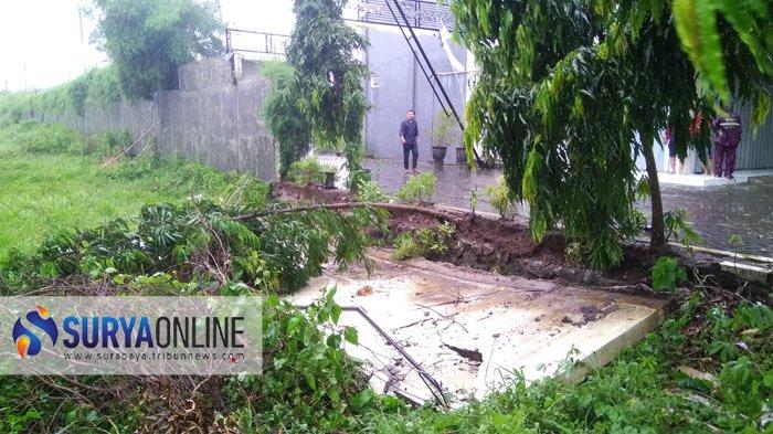 Angin Kencang Rusak Atap Dan Robohkan Tembok Perumahan Regency Pekayon Mojokerto