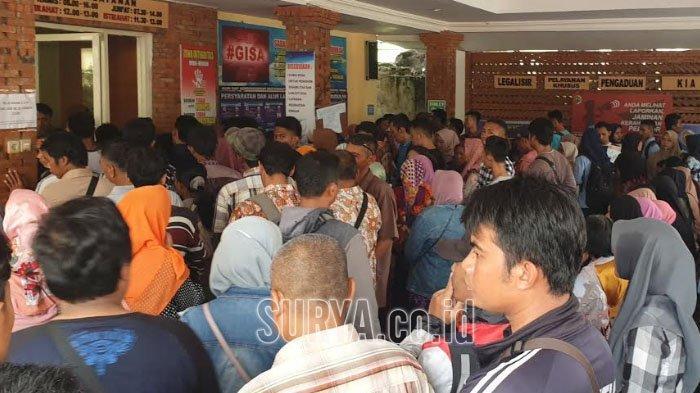 Antrean Pemohon e-KTP Masih Membludak di Kantor Dispendukcapil Kabupaten Mojokerto
