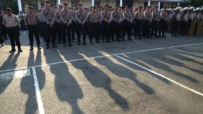 GALERI FOTO - Polisi Gelar Pasukan untuk Mengamankan Aksi Hari Buruh se-Dunia - apel_20160429_200738.jpg