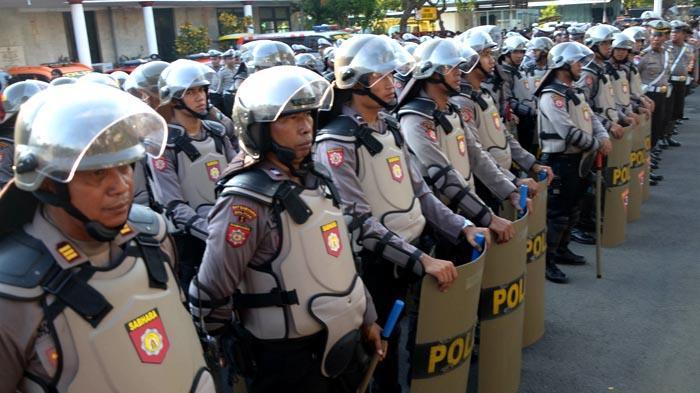 GALERI FOTO - Polisi Gelar Pasukan untuk Mengamankan Aksi Hari Buruh se-Dunia - apel_20160429_200756.jpg