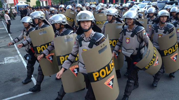 GALERI FOTO - Polisi Gelar Pasukan untuk Mengamankan Aksi Hari Buruh se-Dunia - apel_20160429_200807.jpg