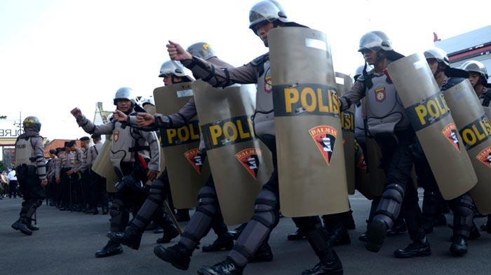 GALERI FOTO - Polisi Gelar Pasukan untuk Mengamankan Aksi Hari Buruh se-Dunia - apel_20160429_201237.jpg