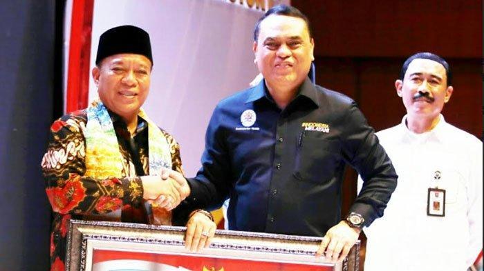 Syafruddin (tengah) saat menyerahkan apresiasi kepada Bupati Fadeli dalam SAKIP Award 2018 Wiliayah II di Golden Tulip Galaxy Hotel Banjarmasin, Rabu (6/2/2019).