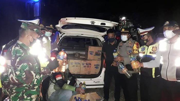 Hari Pertama Penyekatan Larangan Mudik di Trenggalek, Petugas Temukan Mobil Muat Ratusan Botol Arjo