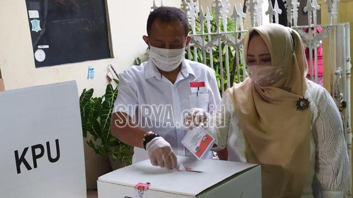 Cawawali Surabaya Armuji Nyoblos di TPS Wonokromo, Usai Tetes Tinta Malah Diajak Foto Warga