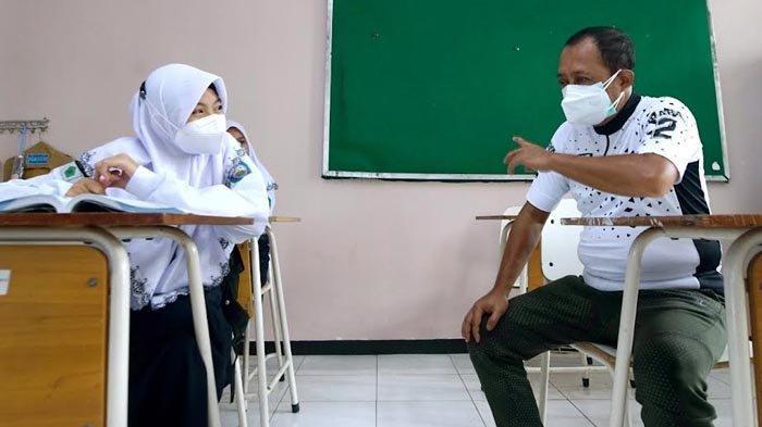 Pantau PTM SMP,  Wawali Surabaya Armuji Hadiahkan Sepeda kepada Siswa
