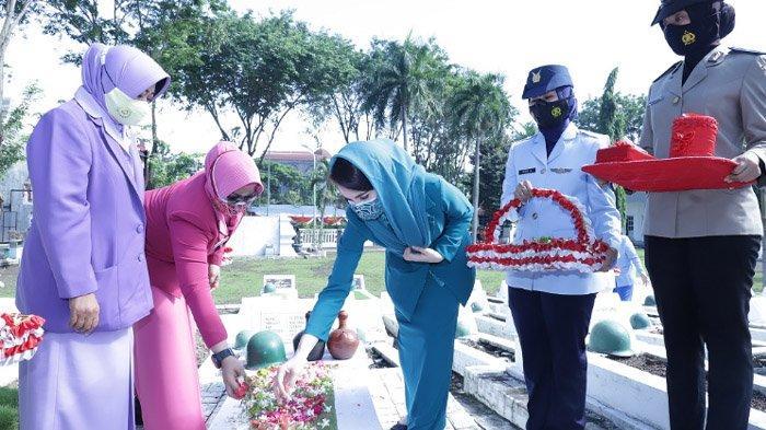 Peringati Hari Ibu, Arumi Bachsin Emil Dardak Pimpin Ziarah dan Tabur Bunga di TMP Mayjend Sungkono