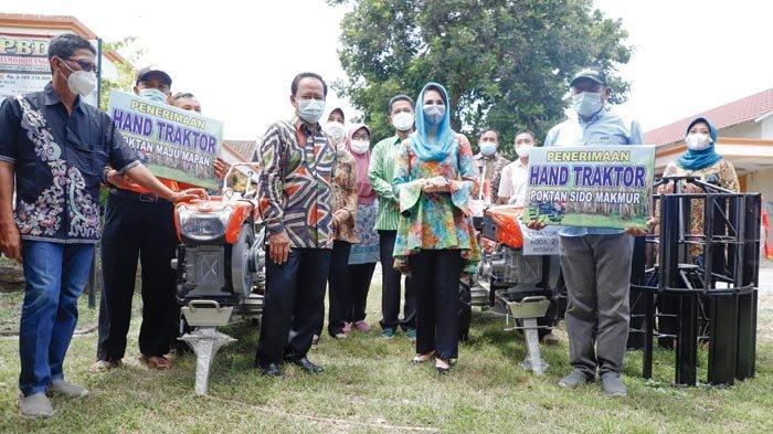 Support UMKM Berbasis Pertanian, Arumi Bachsin Serahkan 2 Unit Hand Traktor untuk Petani Kediri